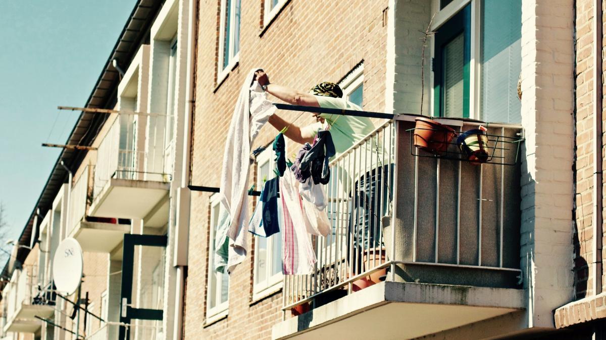 Op je balkon of in je tuin tijdens de avondklok, strafbaar?